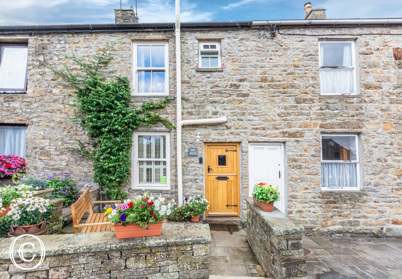 The Snug in a quiet position in central Hawes, close to the pubs, quirky shops and tearooms in this popular market town