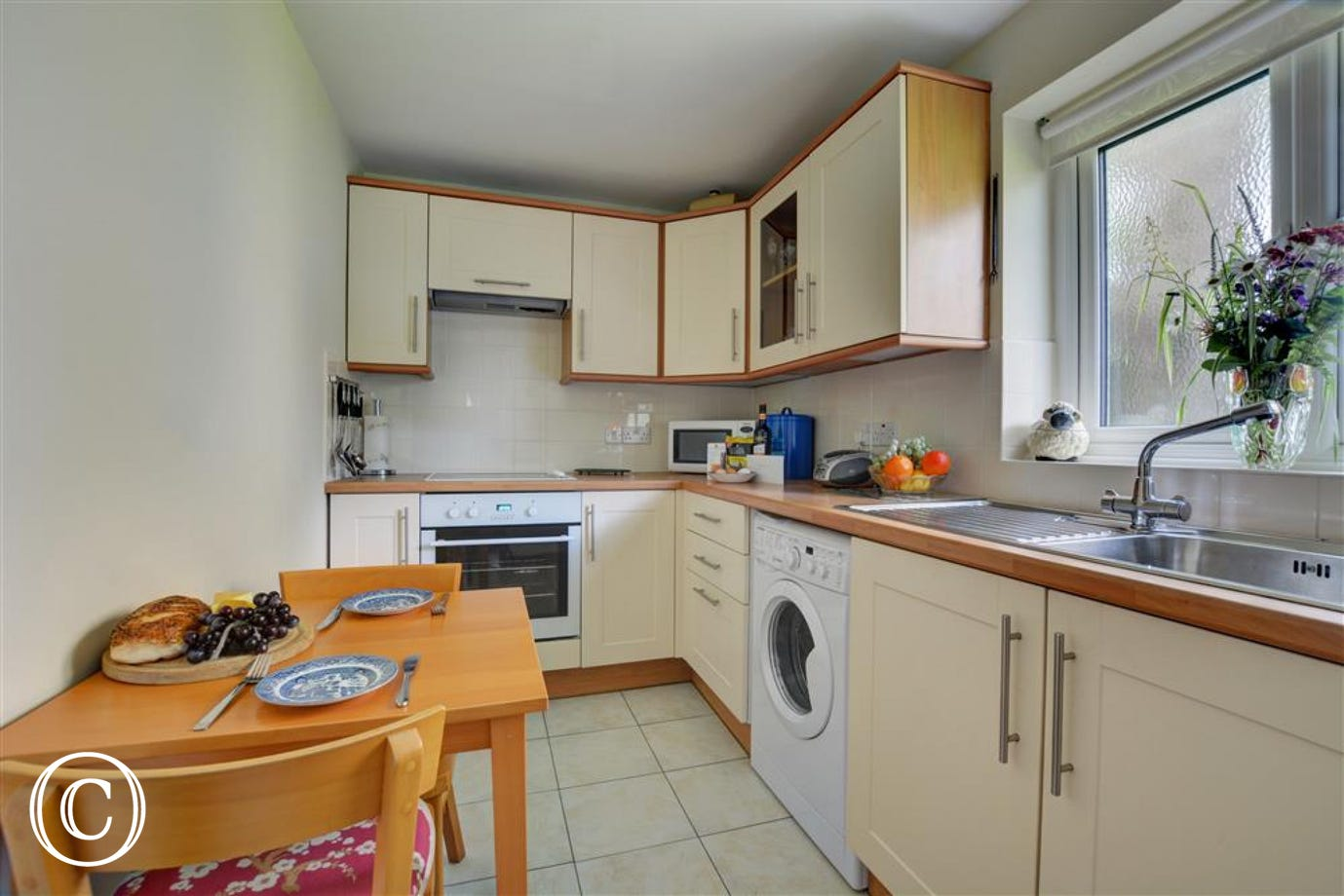 The well equipped kitchen with dining area