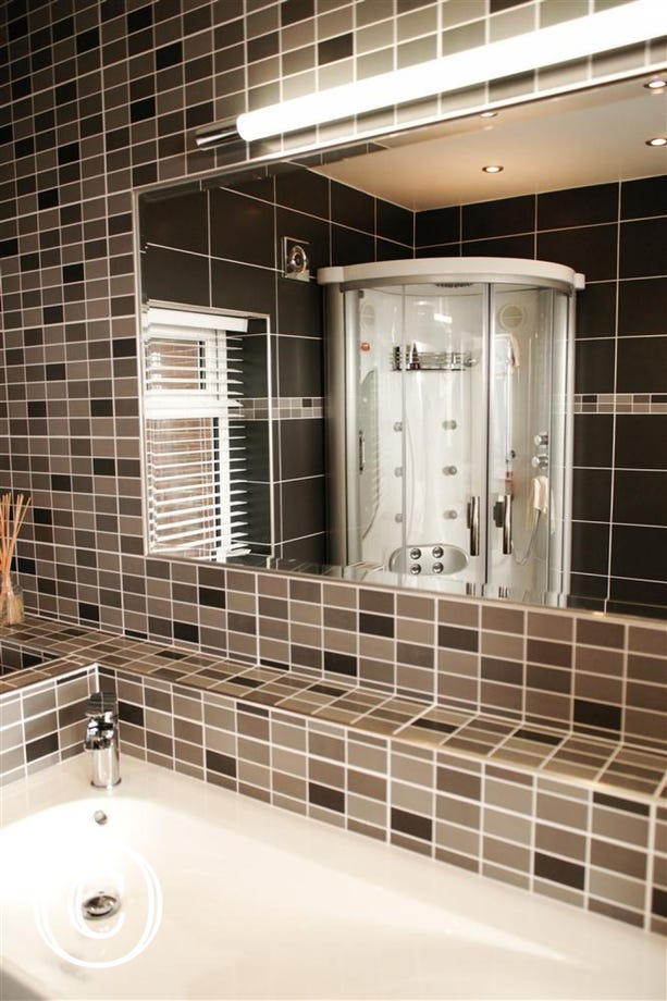 The en-suite contains a walk-in 'steam' shower.